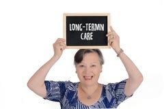 Mulher idosa que guarda o quadro com texto imagens de stock royalty free