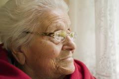 Mulher idosa que olha Imagens de Stock Royalty Free