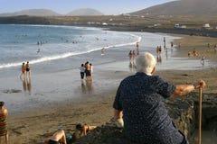 Mulher idosa que olha a praia. Fotos de Stock Royalty Free
