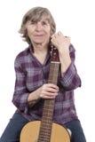 Mulher idosa que prende uma guitarra Fotografia de Stock Royalty Free