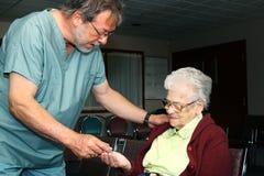 Mulher idosa que tem comprimidos fotografia de stock royalty free