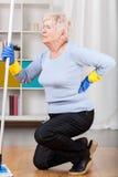Mulher idosa que tem a dor nas costas imagem de stock