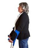 Mulher idosa que usa muletas foto de stock royalty free