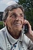 Mulher idosa que usa o telefone Fotografia de Stock Royalty Free