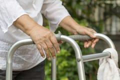 Mulher idosa que usa um caminhante Imagens de Stock Royalty Free