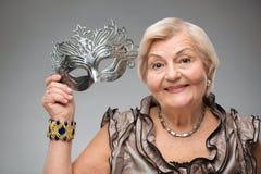 Mulher idosa que veste a máscara glamoroso Imagem de Stock