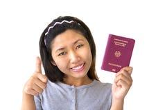 Mulher imigrante que prende o passaporte alemão foto de stock royalty free
