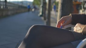 Mulher impaciente em um banco vídeos de arquivo