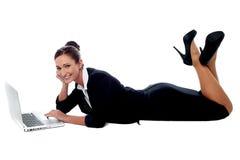 Mulher incorporada relaxado que trabalha no portátil imagem de stock