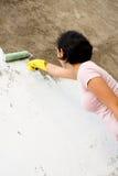 Mulher independente que pinta a parede exterior Imagem de Stock Royalty Free