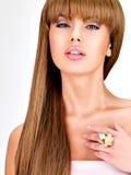 Mulher indiana bonita com cabelo marrom por muito tempo reto Fotos de Stock