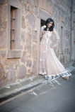 Mulher indiana bonita nova que está contra a parede de pedra fora Fotografia de Stock Royalty Free