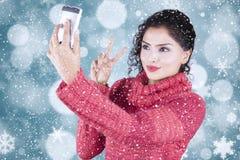 Mulher indiana bonita que toma a imagem do selfie fotos de stock