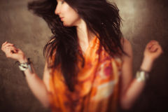 Mulher indiana com cabelo longo no movimento imagens de stock royalty free