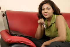 Mulher indiana com cartão de crédito foto de stock