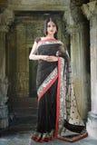 Mulher indiana com composição nupcial tradicional e joia fotografia de stock