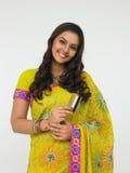 Mulher indiana com o cartão em sua mão Imagens de Stock
