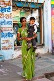 Mulher indiana com uma crian?a imagens de stock royalty free