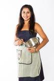 Mulher indiana de sorriso com bacia e o batedor de ovos de prata Foto de Stock