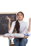 Mulher indiana do estudante universitário que estuda o exame da matemática Fotografia de Stock Royalty Free