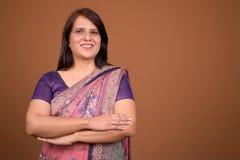 Mulher indiana feliz que veste a roupa tradicional de Sari Indian imagem de stock