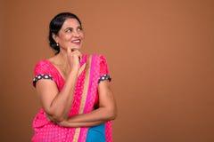 Mulher indiana feliz que veste a roupa tradicional e o pensamento de Sari Indian fotografia de stock