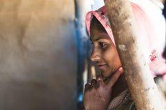 Mulher indiana na roupa tradicional que olha interessada em ver algo imagem de stock royalty free