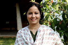 Mulher indiana nova em fora fotografia de stock royalty free