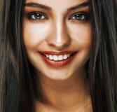 Mulher indiana nova feliz bonito no fim do estúdio que sorri acima, beleza do mulato da forma fotos de stock royalty free