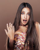 Mulher indiana nova feliz bonito no fim do estúdio que sorri acima, fashio Imagem de Stock Royalty Free
