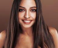 Mulher indiana nova feliz bonito no fim do estúdio que sorri acima, sorriso do mulato da forma imagem de stock royalty free