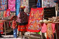 Mulher indiana peruana que olha matérias têxteis coloridas Fotografia de Stock