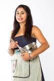 Mulher indiana preocupada com bacia e o batedor de ovos de prata Imagens de Stock Royalty Free