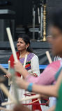 Mulher indiana que ensina Dandiya Foto de Stock Royalty Free