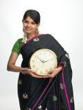 Mulher indiana que está com o pulso de disparo Imagem de Stock