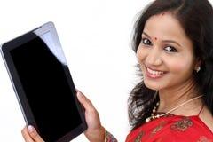 Mulher indiana que usa um tablet pc fotos de stock royalty free
