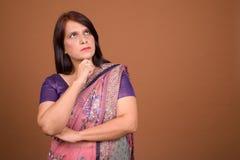 Mulher indiana que veste a roupa tradicional e o pensamento de Sari Indian fotos de stock