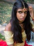 Mulher indiana tradicional bonita e nova com olhos agradáveis Imagens de Stock Royalty Free
