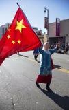 A mulher indica a bandeira chinesa na parada chinesa do ano novo, 2014, ano do cavalo, Los Angeles, Califórnia, EUA Fotos de Stock