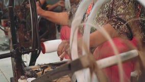 Mulher indonésia que usa a roda de giro filme