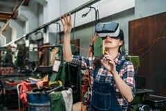 Mulher industrial da fábrica com tecnologia de VR Imagem de Stock