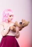 Mulher infantil com o brinquedo do urso de peluche fotografia de stock