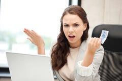 Mulher infeliz com computador e euro- dinheiro do dinheiro Fotografia de Stock Royalty Free