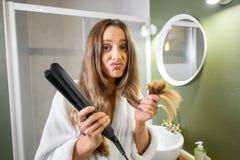 Mulher infeliz com extremidades rachadas no banheiro fotos de stock
