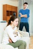 Mulher infeliz contra o homem ereto Imagens de Stock Royalty Free