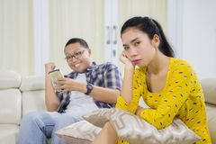 Mulher infeliz que está sendo ignorada por seu marido foto de stock