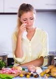 Mulher infeliz que olha ingredientes Imagens de Stock Royalty Free