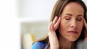 Mulher infeliz que sofre da dor de cabeça vídeos de arquivo