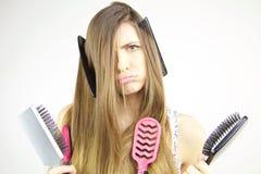 Mulher infeliz sobre o cabelo longo desarrumado não capaz de pentear Fotos de Stock