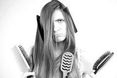Mulher infeliz sobre o cabelo longo desarrumado não capaz de pentear preto e branco Foto de Stock